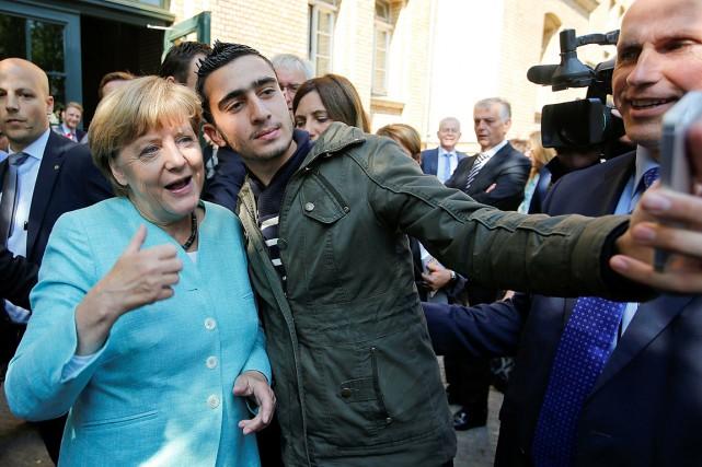 Le cliché d'Anas Modamani avec la chancelière allemande... (Photo Fabrizio Bensch, archives REUTERS)