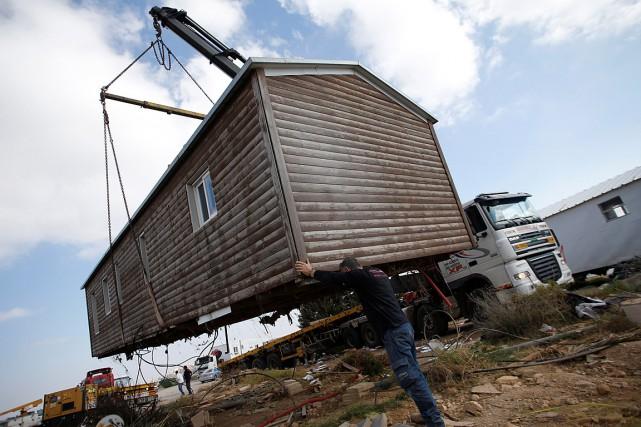 Des bâtiments d'Amona ont été chargés sur des... (PHOTO BAZ RATNER, REUTERS)