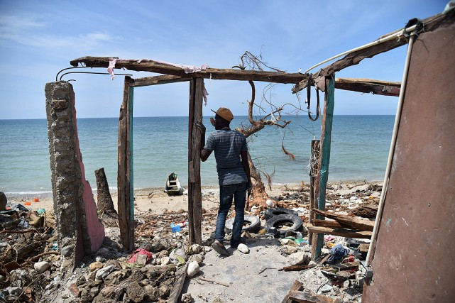 Un homme se tient parmi les débris d'une... (PHOTO HECTOR RETAMAL, ARCHIVES AFP)