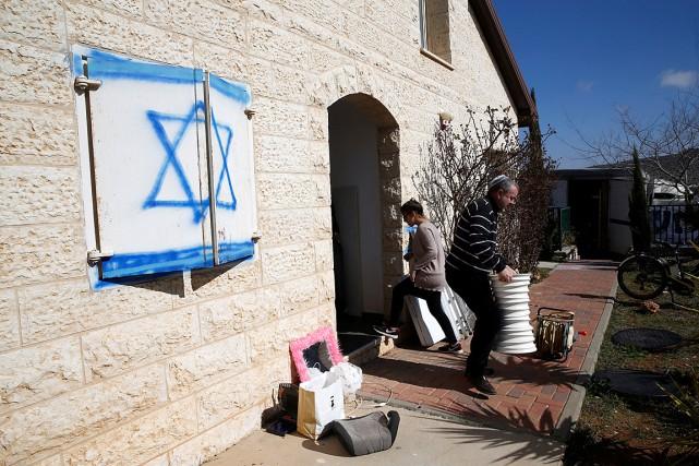 Un membre de la famille Ben Shushan transporte... (PHOTO BAZ RATNER, REUTERS)
