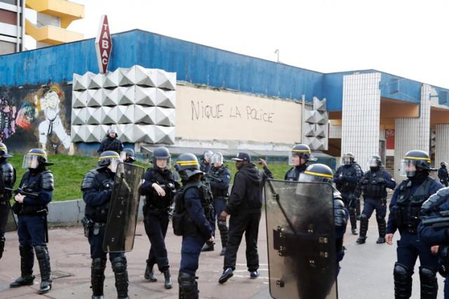 Les rapports entre forces de l'ordre et jeunes... (PHOTO AFP)