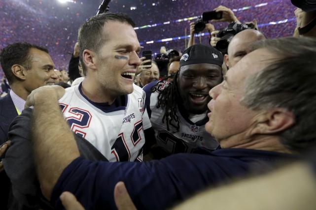 Tom Brady a célébré avec l'entraîneur-chef Bill Belichick... (Associated Press)