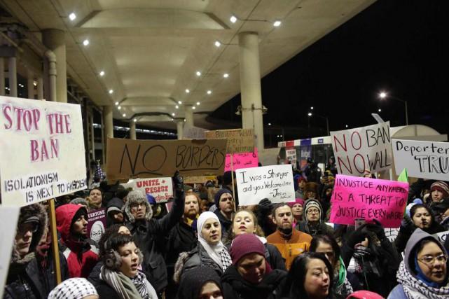 Le décret Trump a provoqué des manifestations et... (ARCHIVES AFP)