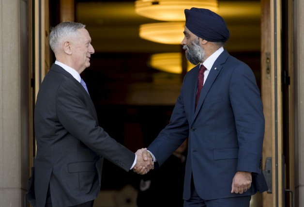 Les deux anciens militaires devenus politiciens devaient s'entretenir... (AFP)