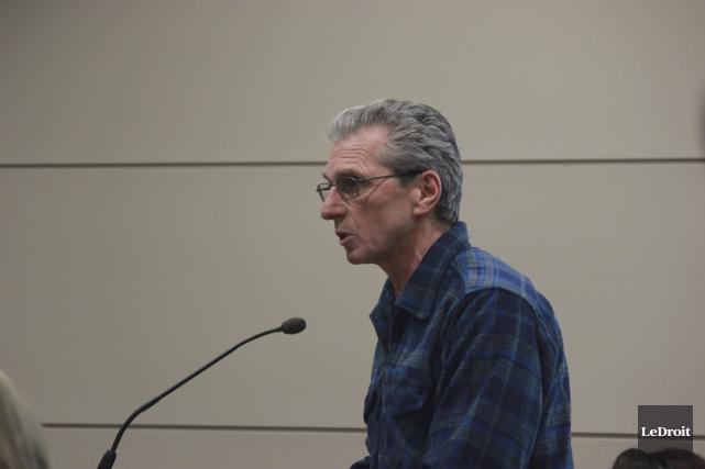Le résident Guy Comeault déplore les coûts pour... (Martin Brunette, Le Droit)