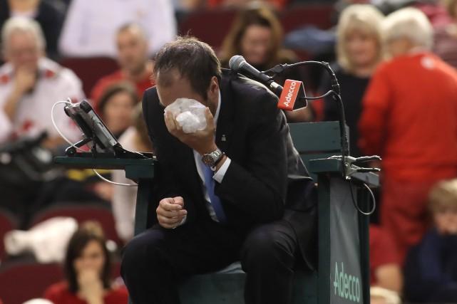 L'arbitre en chef Arnaud Gabas soulage sa douleur... (Archives, Agence France-Presse)