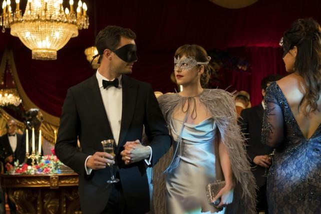 Jamie Dornan et Dakota Johnson dans une scène... (fournie par Universal Pictures)