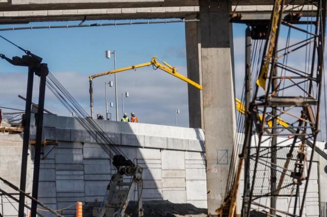 Les grands travaux d'infrastructures attirent les investisseurs un... (Photo Olivier PontBriand, Archives La Presse)