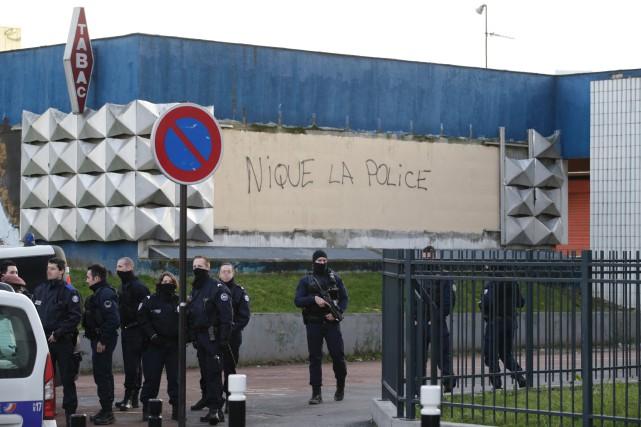Des policiers montent la garde devant un poste... (PHOTO AFP)