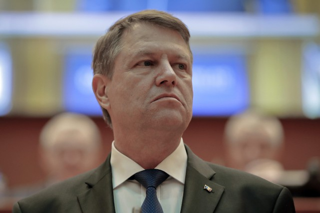 Le président roumain Klaus Iohannis... (PHOTO Vadim Ghirda, AP)