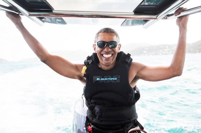 Barack Obama affiche un large sourire en faisant... (PHOTO AFP)