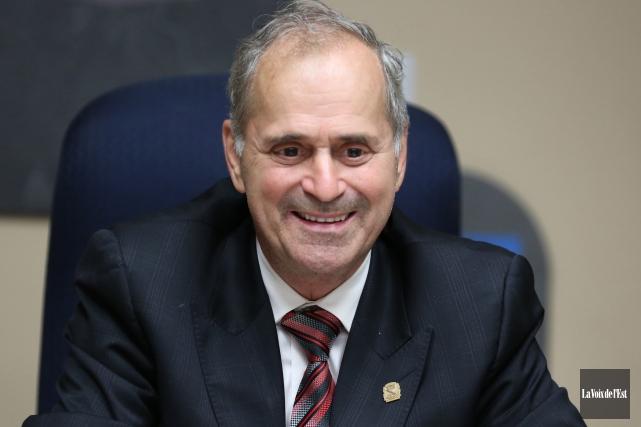 Emballé, le maire Arthur Fauteux a fièrement partagé... (Julie Catudal, archives La Voix de l'Est)