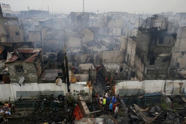 Près de 15 000 personnes ont perdu leurs habitations dans un immense incendie... (PHOTO AP)