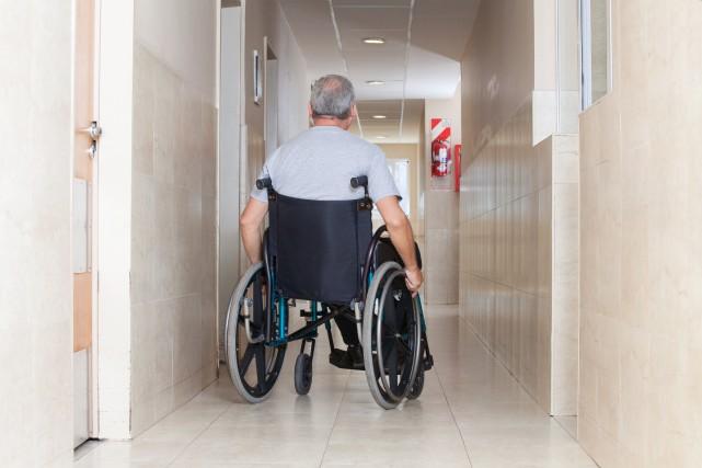 C'est inimaginable de savoir que certains aînés n'ont pas droit à un bain... (123RF/Tyler Olson)