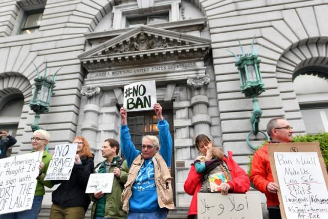 Des personnes manifestent contre le décret Trump devant... (PHOTO AFP)