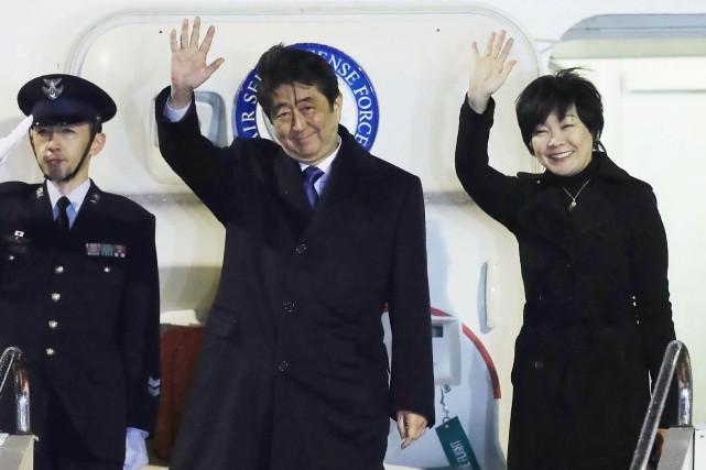 Le premier ministre japonais Shinzo Abe et son... (AFP)