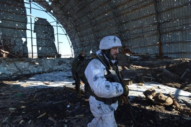 Des soldats ukrainiens en patrouille dans un hangar... (PHOTO REUTERS)