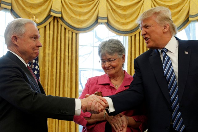 Donald Trump félicite Jeff Sessions lors d'une cérémonie... (PHOTO REUTERS)