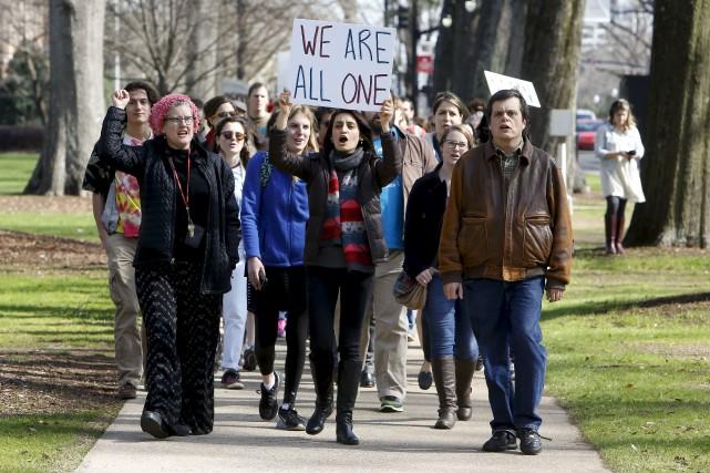 Des manifestants protestent contre le décret de Donald... (AP)