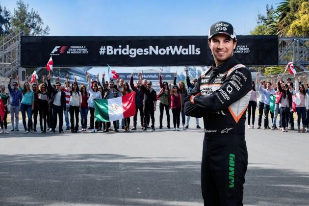 Le pilote mexicain devant le panneau «#BridgesNotWalls»....