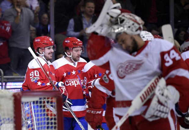 Marcus Johansson et Justin Williams célèbrent un but... (Photo Nick Wass, AP)