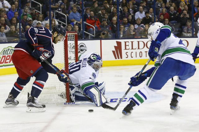 Le gardien des Canucks Ryan Miller n'a rien... (Photo  Russell LaBounty, USA Today Sports)