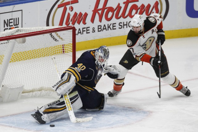 Robin Lehner repousse le tir de Ryan Kesler.... (Photo Jeffrey T. Barnes, ASSOCIATED PRESS)