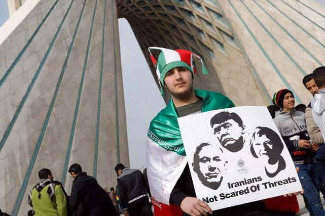 Un manifestant tient une pancarte où sont apposées... (PHOTO ATTA KENARE, AFP)