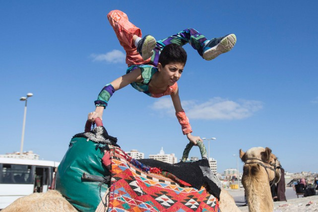 Le contorsionniste palestinien de 13 ans Mohammed al-Sheikhest... (Photo Mahmud Hams, archives AFP)