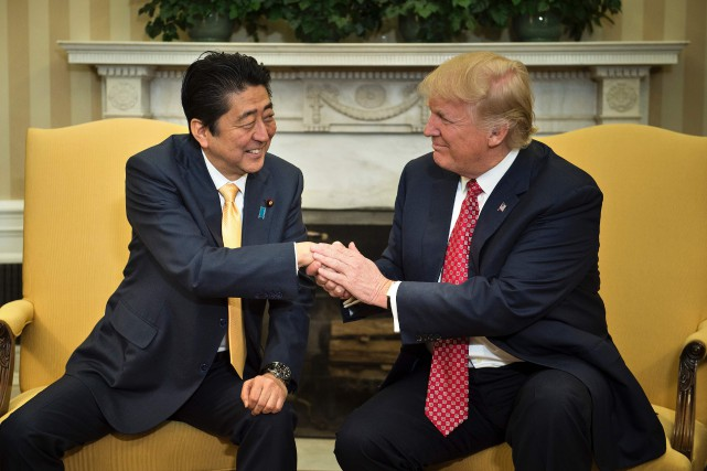 Shinzo Abe et Donald Trump dans le Bureau... (PHOTO Brendan Smialowski, AFP)