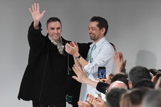Le designer Raf Simons (à gauche) a dévoilé... (PHOTO AFP)