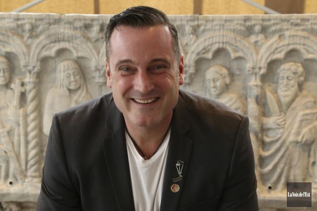 Le maire Pascal Bonin distribuera 250roses auprès de... (archives La Voix de l'Est)