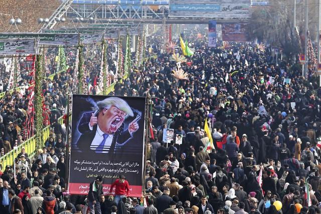 Vendredi, les Iraniens ont manifesté par millions pour... (AP, Ebrahim Noroozi)