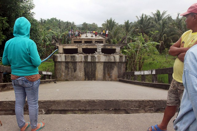Des résidants de Surigao regardent le pont Anao-aon... (PHOTO REUTERS)