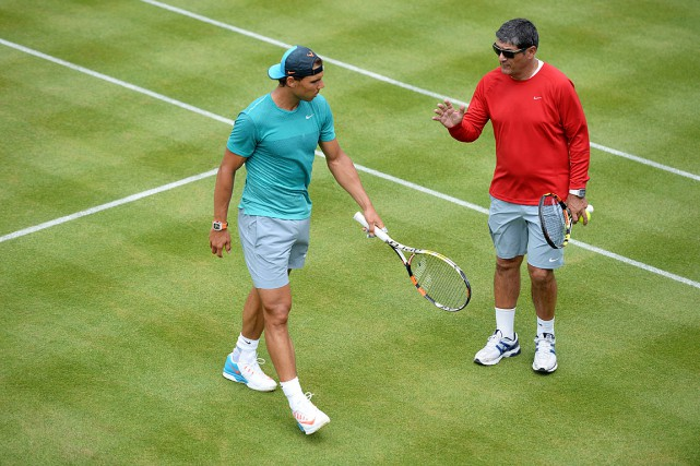 Rafael Nadal et son oncle Toni à l'entraînement... (Photo Tony O'Brien, archives REUTERS)