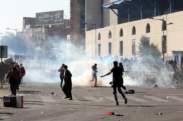 Les forces de l'ordre ont tiré des gaz... (Photo Mahmoud Raouf Mahmoud, REUTERS)