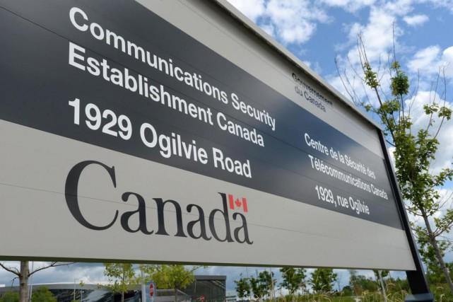 Trois employés du Centre de la sécurité des... (PHOTO SEAN KILPATRICK, ARCHIVES LA PRESSE CANADIENNE)