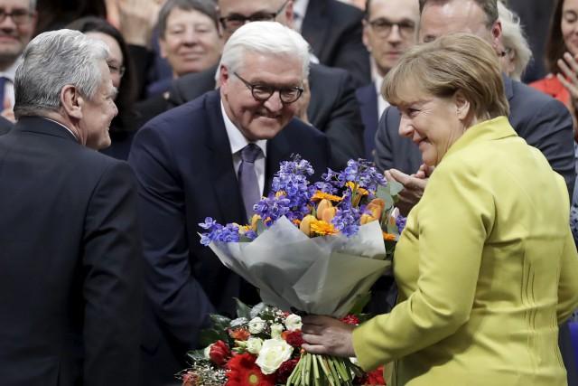 Le nouveau président allemand Frank-Walter Steinmeier (au centre)... (AP, Markus Schreiber)