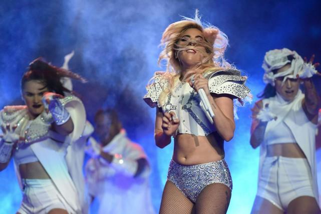 Lady Gaga durant sa performance à la mi-temps... (AFP, Timothy A. Clary)