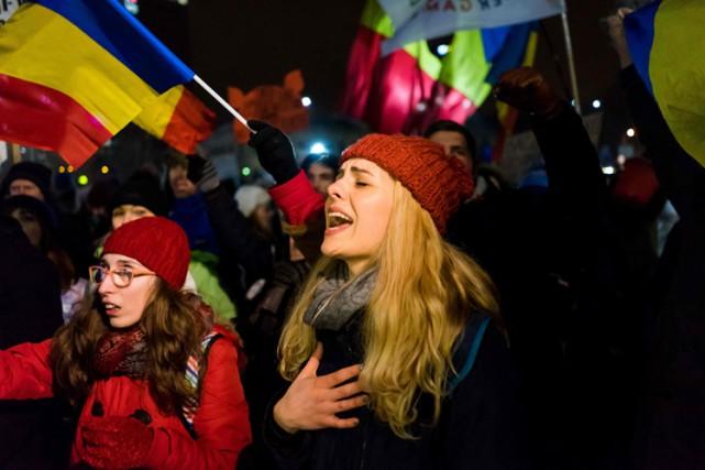 À Bucarest, ils étaient jusqu'à 50 000 rassemblés... (PHOTO AFP)
