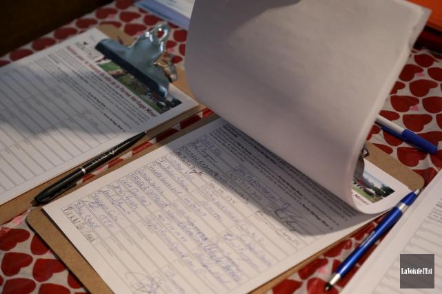 La version papier de la pétition a obtenu... (Catherine Trudeau, La Voix de l'Est)