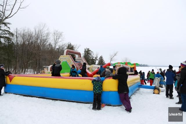 Les enfants ont profité des jeux gonflables mis... (Catherine Trudeau, La Voix de l'Est)
