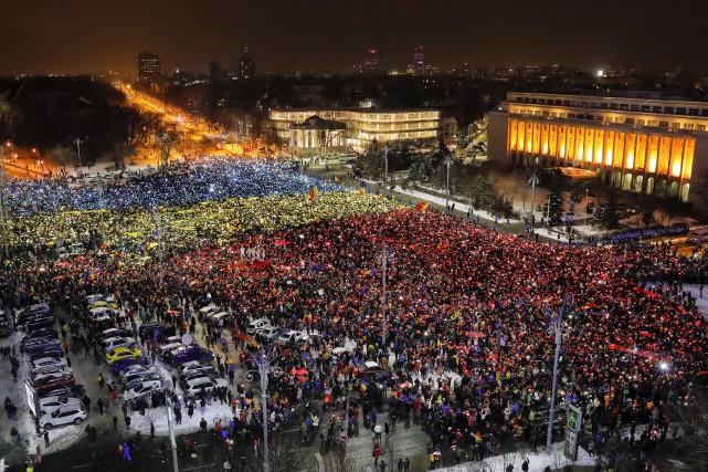Des dizaines de milliers de manifestants ont formé... (AP, Vadim Ghirda)