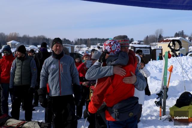 Les participants, fatigués mais fiers, serraient dans leurs... (Photo Le Quotidien, Yohann Gasse)