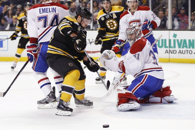 Brad Marchand tente de saisir le rebond de... (Associated Press)