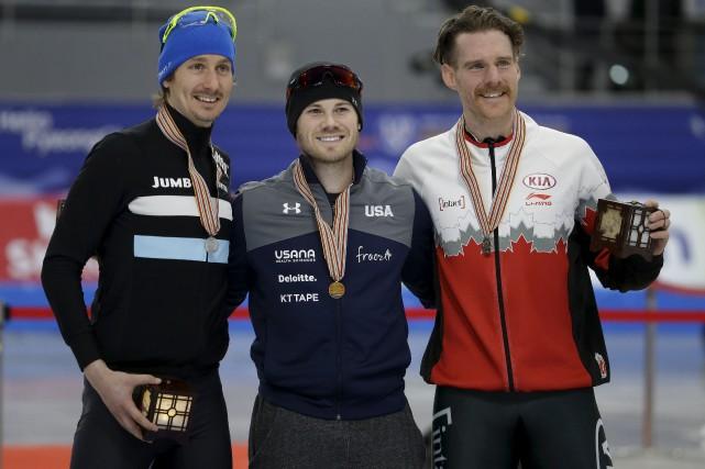 Le médaillé d'or, l'Américain Joey Mantia, au centre,... (AP, Ahn Young-joon)
