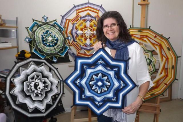 Danièle Petersen conçoit des mandalas muraux tissés sur... (PHOTO MARIO BÉLANGER, FOURNIE PAR DANIÈLE PETERSEN)