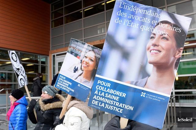 Des juristes de l'État ont manifesté à Québec,... (PHOTO JEAN-MARIE VILLENEUVE, ARCHIVES LE SOLEIL)