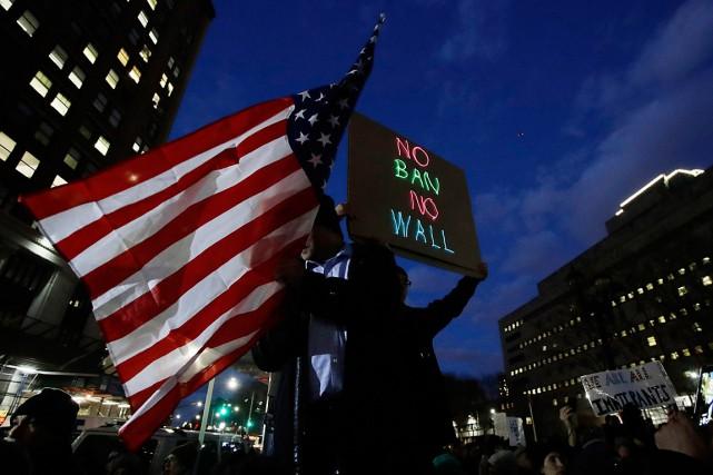 Un manifestant tient une affiche réclamant qu'il n'y... (Photo Frank Franklin II, archives AP)
