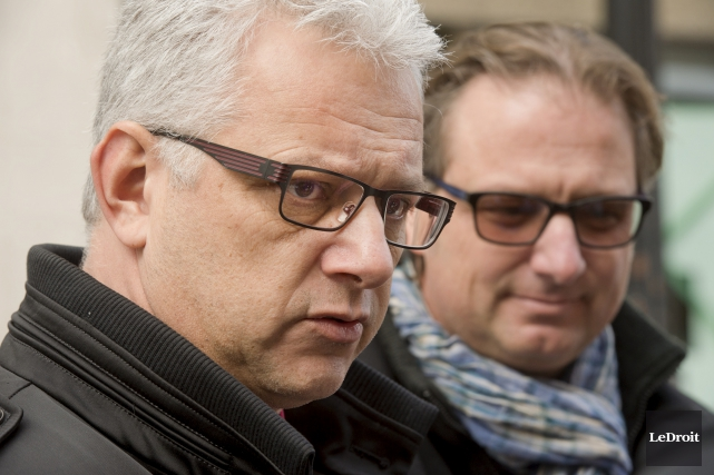 Le député de Papineau, Alexandre Iracà, discute avec... (Martin Roy, Le Droit)
